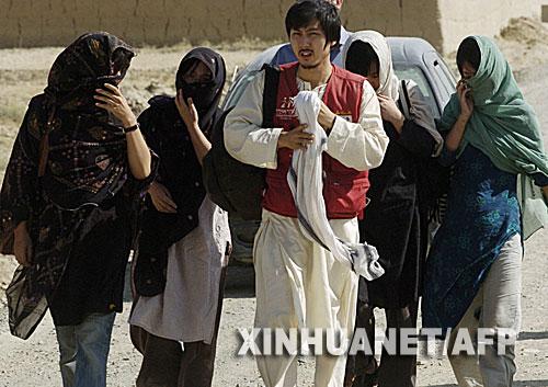 8月29日,在阿富汗加兹尼,5名韩国人质被释放后离开。