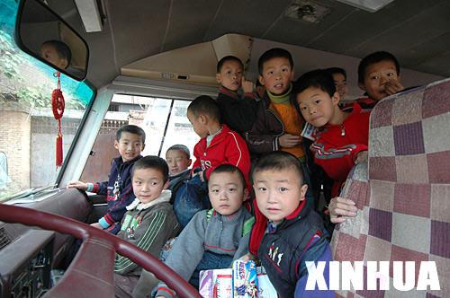 资料图片:校车报废又超载 19座车挤了54名学生