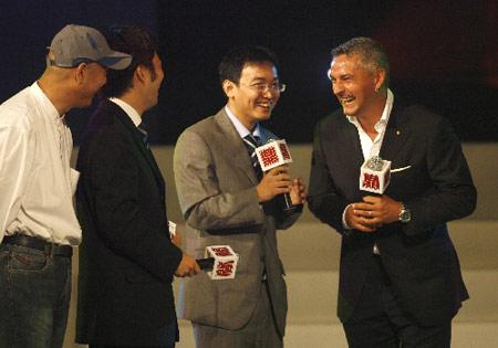 图文:巴乔担任奥运纪念章宣传大使 兴高采烈