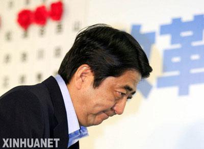7月29日,在日本东京,日本首相安倍晋三表情凝重
