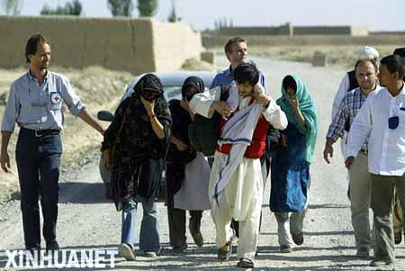 8月29日,在阿富汗的加兹尼省,被释放的韩国人质在红十字国际委员会工作人员的带领下离开。这是塔利班当天释放的第二批韩国人质。