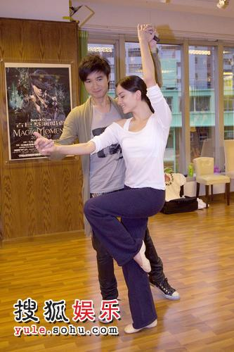女友跳舞被人干_为配合个唱魔幻与音乐剧贯通的题材,邀请了陈柏霖女友mandy表演跳舞.