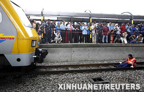 """8月30日,马来西亚""""牙齿王""""拉瑟克里什南在首都吉隆坡用牙齿拖动一列火车。新华社 路透"""