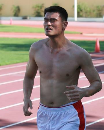图文:小巨人田径场训练 姚明上肢强壮