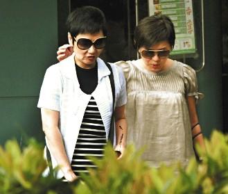 张清芳(右)吃完饭后走出餐厅