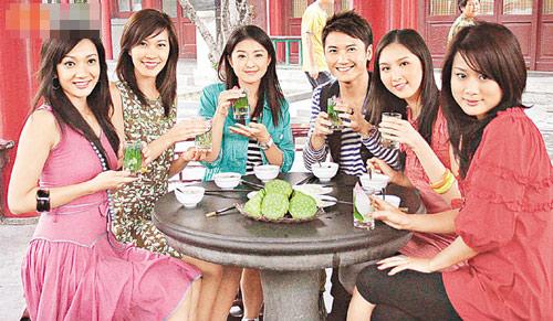 张嘉儿(右一)济南亲善行被称美女