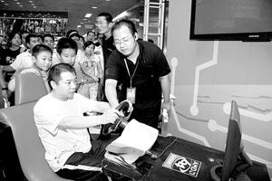 坐在模拟赛车中,王涛显得非常投入