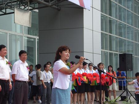 图文:珍品展巡展青岛站开幕 温文宣布开幕