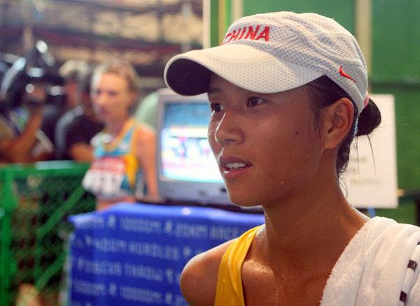 图文:世锦赛女子20公里竞走 刘虹接受记者采访