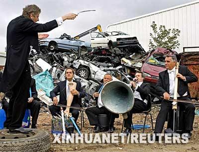在这张8月31日发布的照片中,英国皇家交响乐团的音乐家们在伦敦东部一个垃圾场内演奏。