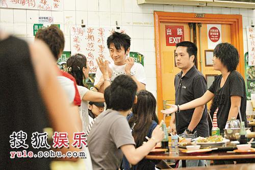 孙耀威于饭店吃晚饭被热情女fans发现