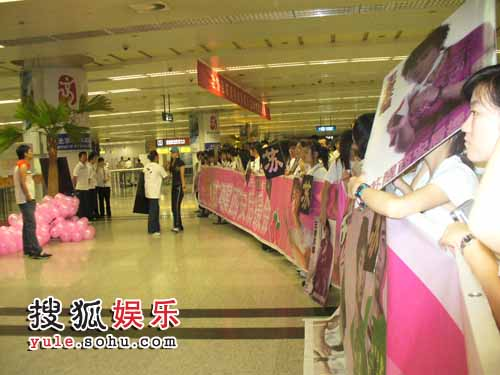 机场百名粉丝组成人墙欢迎13强