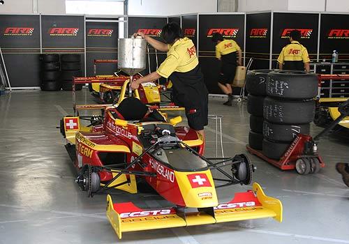 图文:[CFO]上海站雷诺组排位 为赛车补充燃油