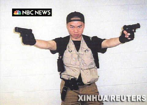 韩国籍学生赵承熙摆出持枪射击的姿势