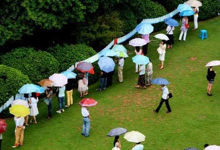 本报长沙讯 昨天上午9时,天空骤降大雨,但这丝毫没影响到长沙桂花公园里一场浪漫的集体约会,一千多名男男女女在此相亲,想要邂逅陪伴终生的伴侣。