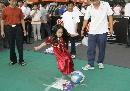 图文:激情中超巡回路演北京站 小球迷参加游戏