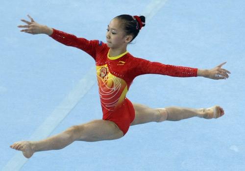中国体操小将在比赛中