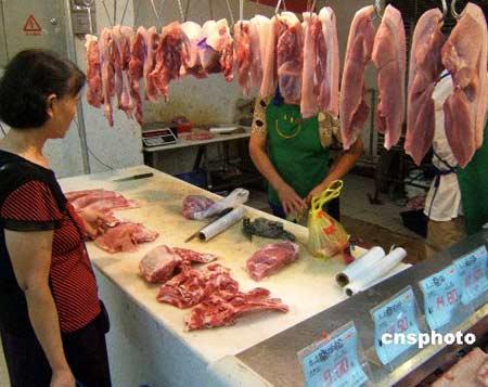 2007年8月30日,湖北宜昌消费者在超市购买猪肉。国家发改委发布消息称,根据发改委的典型调查,8月中旬,生猪屠宰量、猪肉零售量增加,猪肉价格下降。据对36个大中城市猪肉零售价格的监测,8月中旬猪肉(精瘦肉)平均零售价格为每市斤13.68元,比上旬的13.82元下降1.1%,但仍比7月底上升2.1%。中新社发任卫红 摄