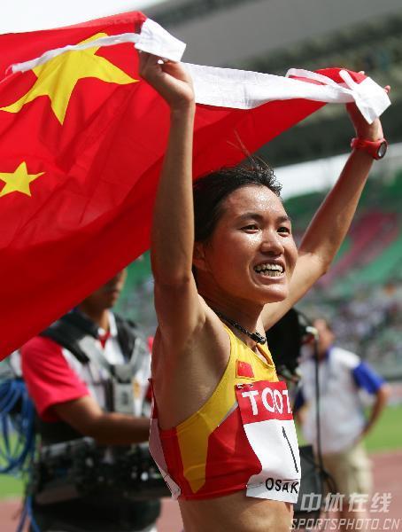 图文:女子马拉松周春秀摘银 五星红旗随风飘扬