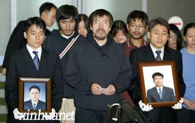 月2日晨,19名获释的韩国人质抵达韩国仁川机场。至此,除2名遭到杀害的男人质外,其余21名在阿富汗被绑架的韩国人质已全部返回韩国。新华社发(纽西斯通讯社)