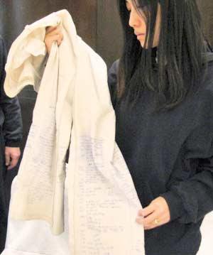 """信息时报:29岁的徐明花向韩国媒体展示了一条被绑期间穿着的白色外裤。她说,她利用裤子的衬里写下了""""秘密日记"""",记载了这么多天来的磨难。""""日记""""内容包括,绑架者什么时候转移她、什么时候吃饭以及她特别想吃的韩国料理等等。徐明花说:""""我想,家里和其他人可能会对我这段经历感到好奇。我还担心我以后可能记不起那些事情了,所以我把一些素材草草记录下来。"""""""