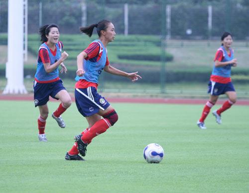 图文:[世界杯]女足武汉集训 浦玮曲飞飞策动攻势