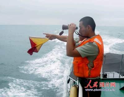 浙江海警一支队官兵正在海上进行搜救 人民图片网