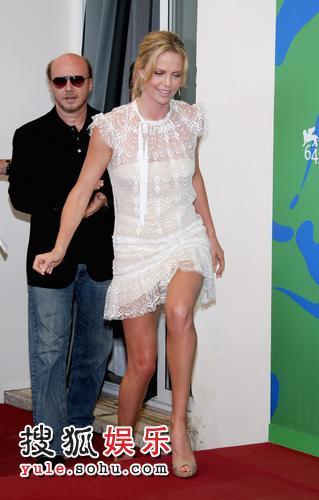 图:查理兹-塞隆透视裙玩诱惑 吸引眼球无数-2