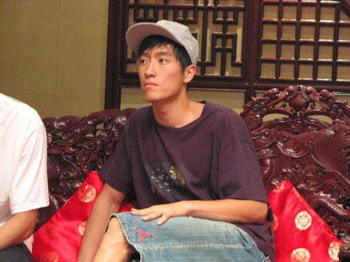 图文:[田径]田径队载誉回国 刘翔在贵宾室休息
