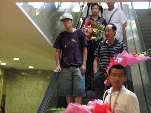 图文:[田径]田径队载誉回国 刘翔通过电梯