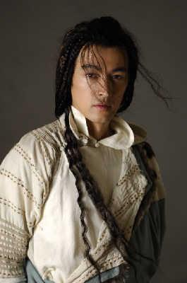 胡歌现在的郭靖造型,额前多了几缕头发遮挡眼部。剧组供图