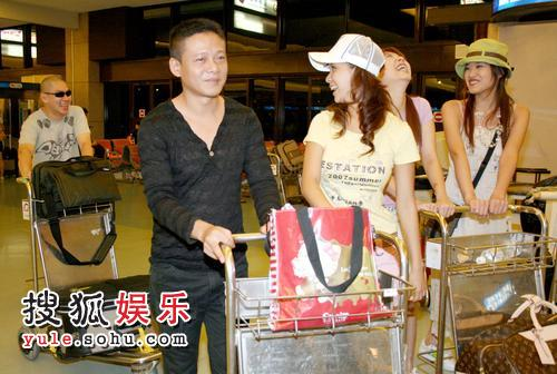 蔡明亮(左)、李康生(左二)导演与演员推著行李搭机赴威尼斯影展