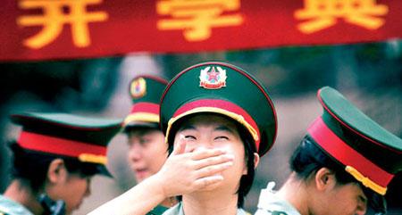 今天是广州市中小学校正式开学的第一天。昨天,八一实验学校少年仪仗队的同学们抓紧彩排,准备在开学典礼上一展风姿。新快报记者夏世焱/摄