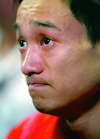 图为杨威在雅典运动会上落泪。