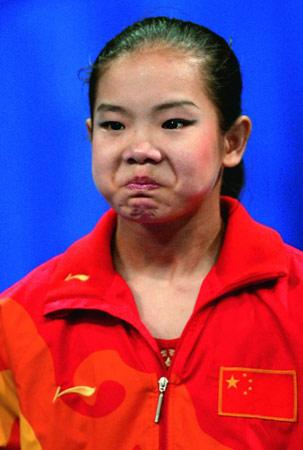 图为程菲在雅典运动会上落泪。