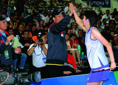 图为朱琳与教练击掌庆祝。