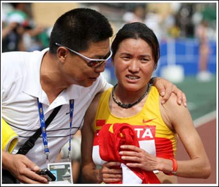 田管中心副主任冯树勇在比赛后向中 国选手周春秀(右)表示祝贺。新华社发