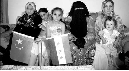 哈里德夫人(中间戴面纱者)和女儿洒哈拉(左一)及洒哈拉的两个妹妹(左二和左三)、抱孙女的儿媳(右一)在一起