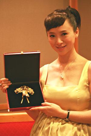 翁虹捐出了当年参加亚洲小姐香港赛区获得冠军时候佩戴的钻石胸针袍扣