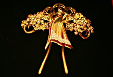 翁虹所捐赠的钻石胸针袍扣