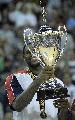 图文:[美锦赛]美国胜阿根廷 詹姆斯手捧奖杯