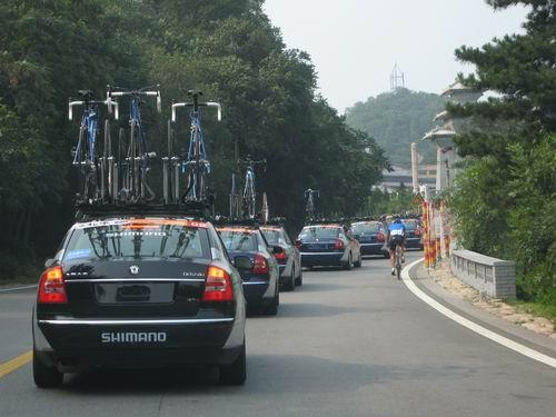 奥运北京——瑞典拓乐汽车顶上自行车架