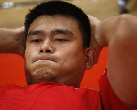 图文:[男篮]赛前现场热身 姚明蓄势待发