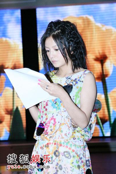 图:赵薇认真排演为歌迷坚持真唱 新发型