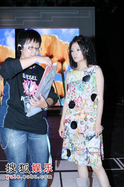 图:赵薇认真排演为歌迷坚持真唱 与导演交流