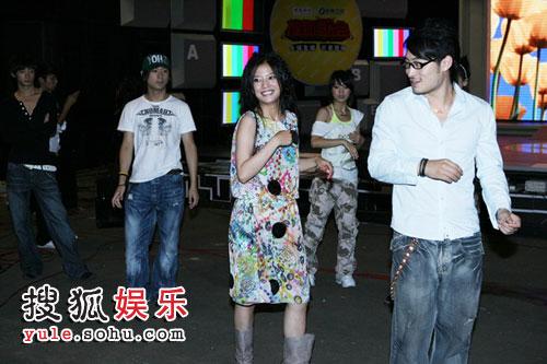图:赵薇认真排演为歌迷坚持真唱 练习舞蹈