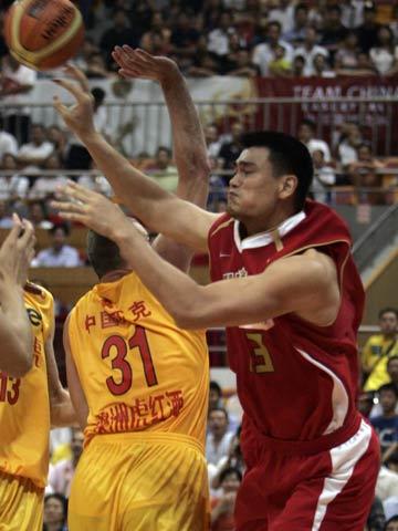 图文[男篮]:中国VS墨尔本老虎 姚明分球
