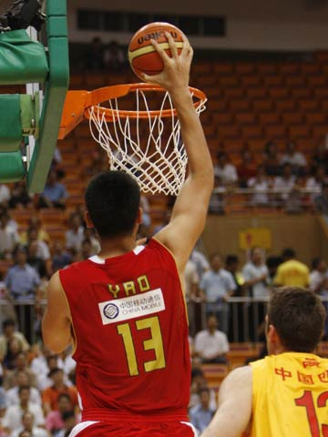图文[男篮]:中国VS墨尔本老虎 姚明单手扣篮