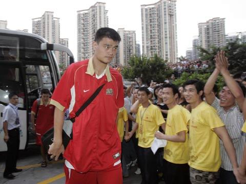 图文[男篮]:中国VS墨尔本老虎 姚明抵达赛场