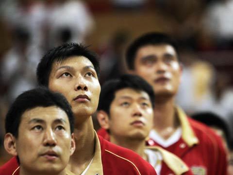 图文[男篮]:中国VS墨尔本老虎 赛前升起仪式